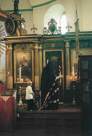 Владыка Агапит с маленьким Даниилом у иконостаса из Сарова