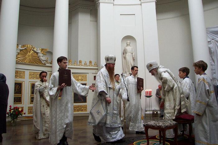 Владыка Агапит сослужит владыке Марку, Ваня Пеннер крайний справа