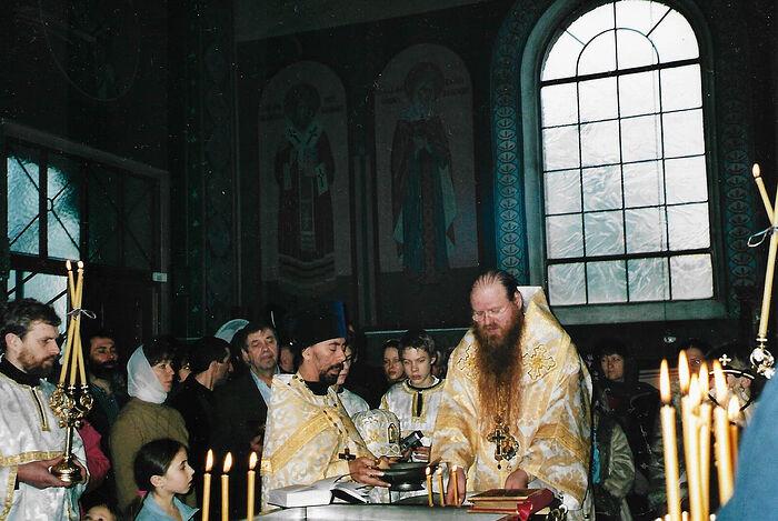 Владыка Агапит, освящение воды в Никольском храме Штутгарта, слева от него Ваня Пеннер – между владыкой и отцом Ильей Лимбергером
