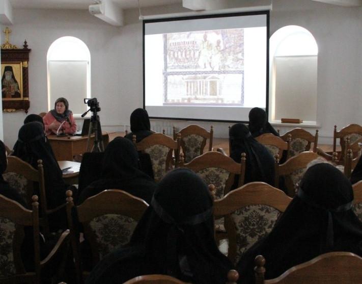 Искусствовед, профессор МДАН В. Квливидзе проводит для сестер лекцию по церковному искусству