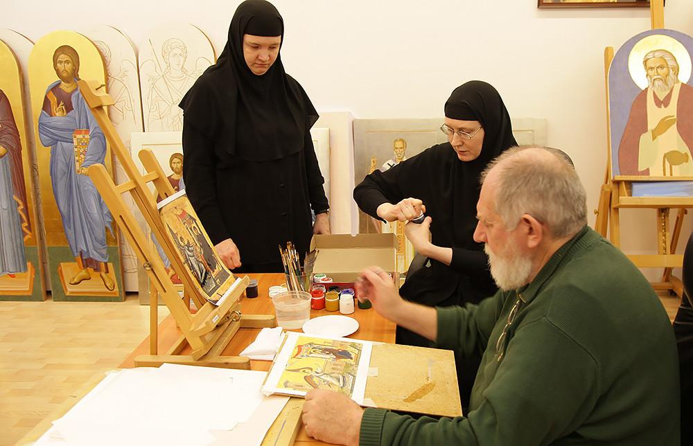 Занятие с профессором Е. Н. Максимовым. Сестры выполняют задание по композиции – сохраняя идею древней иконы, изменить ее «формат»