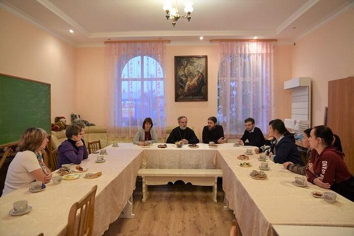 Встреча специалистов Синодального отдела с семьями, в которых воспитываются дети с инвалидностью, в храме Александра Невского в Окуловке