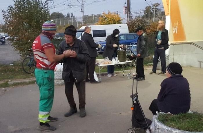 Кормление бездомных волонтерами фонда «Благо Дари» в Гатчине