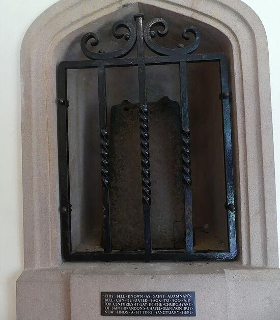 Сохранившийся колокол св. Адомнана в нише церкви д. Иннервик, Перт-энд-Кинросс (любезно предоставил - Gordon Stark of Tay and Lyon Churches)