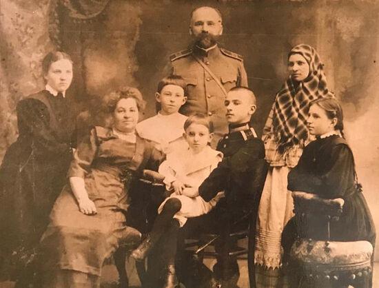 Мартьяновы с няней (в платке) и дочкой няни (слева)