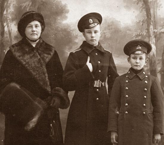 Мама, старший сын - кадет, младший - гимназист
