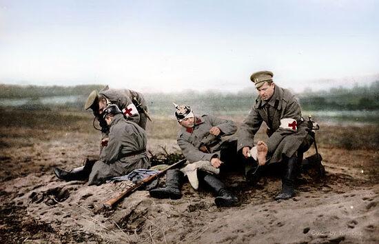 Персонал Красного Креста возле раненых. Первая мировая война