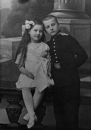 Кадет Иван Жданов с сестрой. В 1918 г. выброшены большевиками из окна