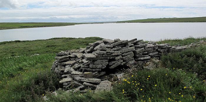 Озеро и руины часовни св. Тридуаны на о. Папа-Уэстрей (источник: Saintsandstones.net)