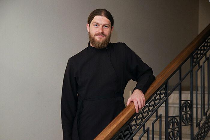 Диакон Игорь Куликов, помощник епископа Пантелеимона (Шатова), главы Синодального отдела по церковной благотворительности и социальному служению, по взаимодействию с епархиями. Молод, красив, характер… сангвинический