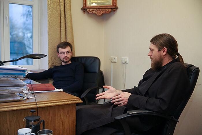 Коллеги — диакон Игорь Куликов и Василий Рулинский, руководитель пресс-службы Синодального отдела по церковной благотворительности и социальному служению. Работают в одном кабинете, и столы рядом