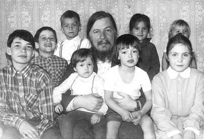Отец Димитрий Смирнов всегда говорил, что у него 50 (и более) детей. Основал три приюта, многим помогал