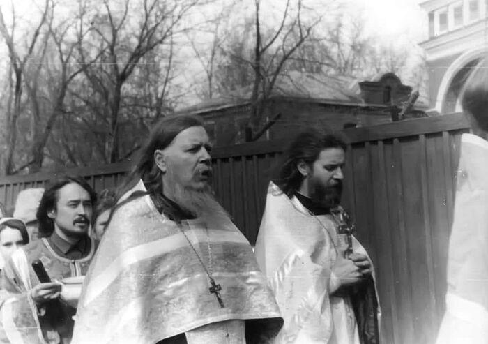 Будущий отец Андрей Спиридонов, тогда еще алтарник, следует в Крестном ходе за отцом Димитрием Смирновым