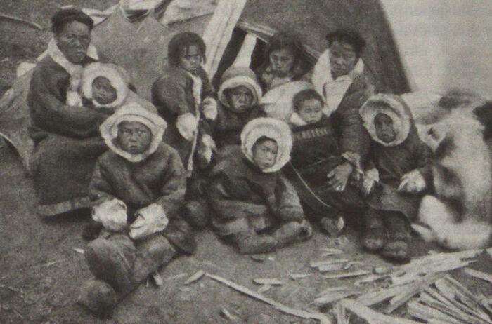 Семья тунгусов у юрты, 20-е годы XX века / Фото: Шевченко Ю. Л.