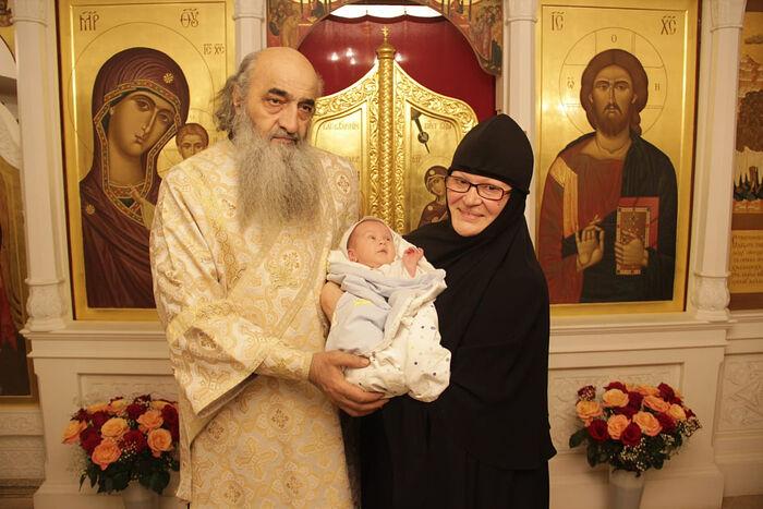 Младший сын отца Дионисия Лука со своими крестными — отцом Илиодором и монахиней Иоанной