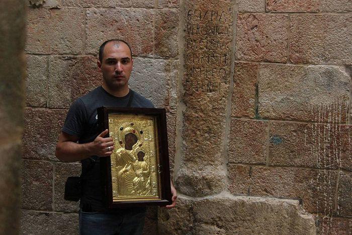Ο Γεώργιος Τσολοκάβα με την θαυματουργή εικόνα δίπλα στο σπίτι της Βερόνικας. Via Dolorosa, Ιεροσόλυμα.