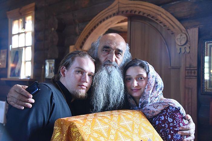 Отец Димитрий и матушка София с отцом Илиодором в храме в Подборках