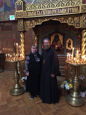 У мощей святителя Иоанна Шанхайского с ключарем собора протоиереем Петром Перекрестовым