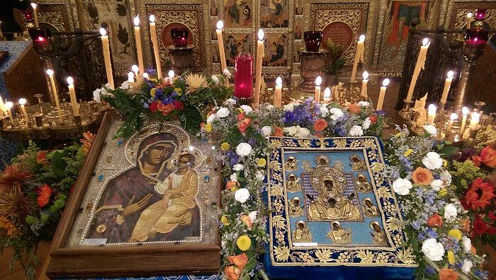 Курская икона и копия Монреальской Иверской иконы Божией Матери в соборе святого Иоанна Предтечи в Вашингтоне
