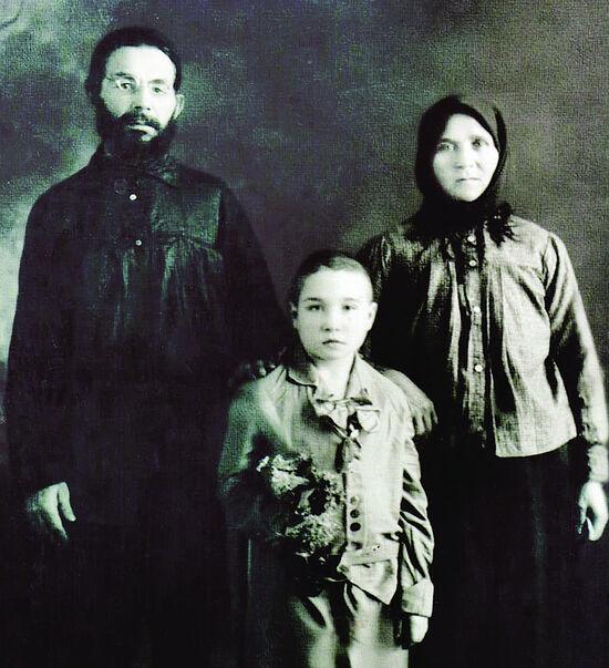 Священник Василий Ивлиев с супругой Анной Ивановной и дочерью Марией