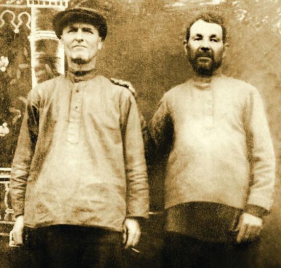 Священник Василий Ивлиев справа. Фото из лагеря