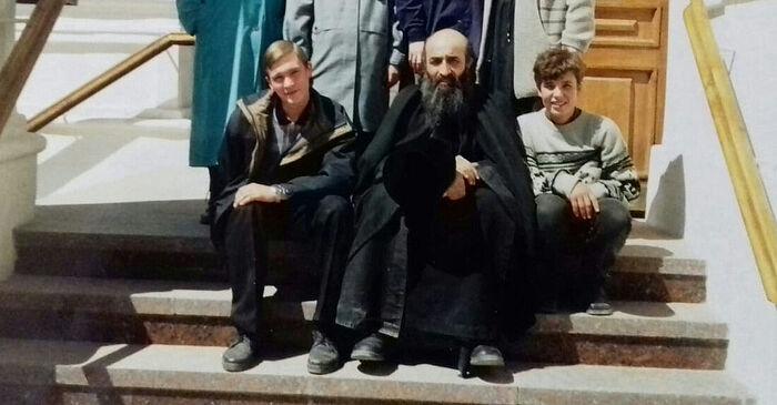 Слева от отца Илиодора будущий священник отец Дионисий