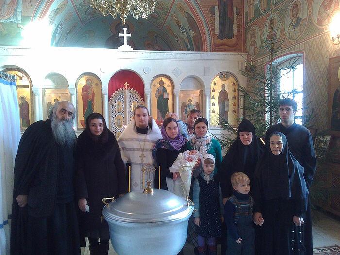 В крестильне в Оптиной отец Илиодор, отец Димитрий с матушкой Софией, младенцем Илиодором и их родные