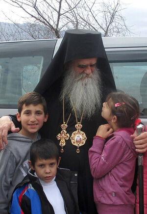 Владыка Амфилохий (Радович) и дети. Фото Светланы Луганской
