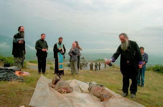 Косово. Митрополит Амфилохий хоронит своих чад церковных