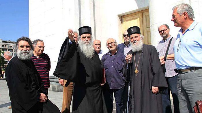 Са митрополитом Амфилохијем испред храма Светог Саве (Фото СПЦ)