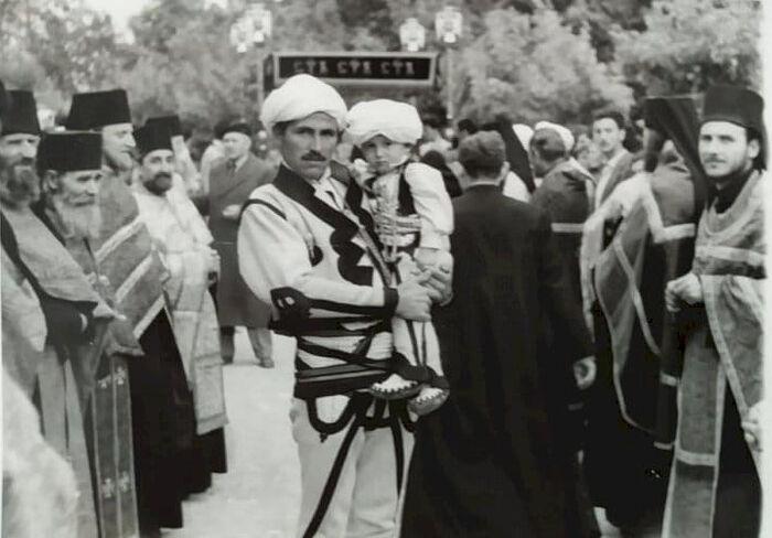 Молодой иеромонах Ириней (справа) на интронизации Патриарха Германа в Печской Патриархии
