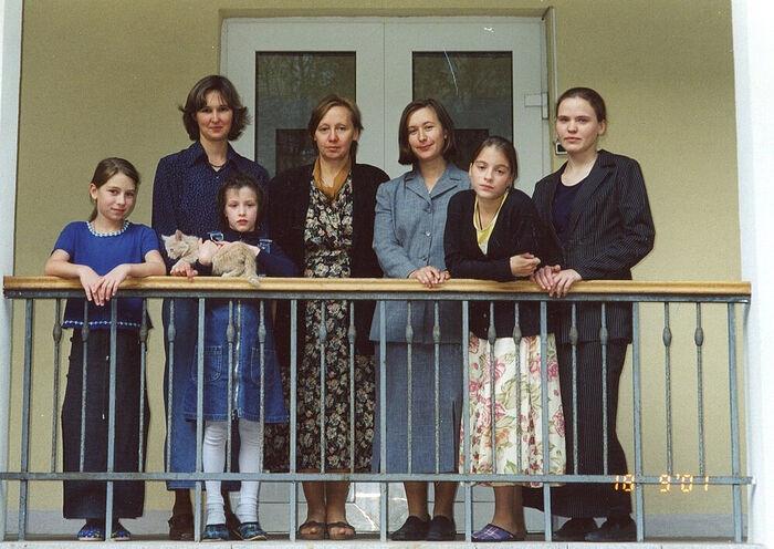 Первый директор Никулина Лидия Владимировна (3-я справа), рядом Мария Витальевна, крайняя справа - Маргарита Александровна со старшими воспитанницами. 18 сентября 2001 г.