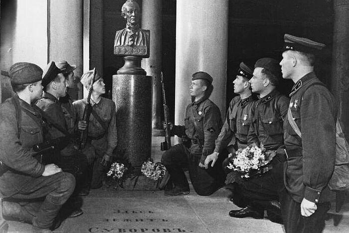 Возле могилы Александра Суворова в Благовещенской церкви лавры воины приносили присягу. Фото: Архив Александро-Невской лавры