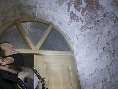 Фрески XVI века обнаружили под побелкой в псковском храме