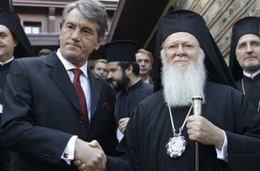 Ο Βίκτωρ Γιούστσενκο χαιρετά τον Κωνσταντινουπολίτη επισκέπτη, το 2008