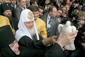 Η ηγουμένη Σεραφείμα παραδίδει στον Αγιώτατο Πατριάρχη Κύριλλο το περιστέρι της ειρήνης, 2009, πόλη Λουτσκ