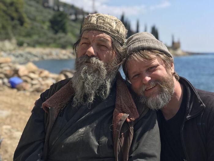 Ο σκηνοθέτης της ταινίας Αλέξανδρος Ζαπορόσενκο (δεξιά) με μοναχό της μονής Δοχειαρίου