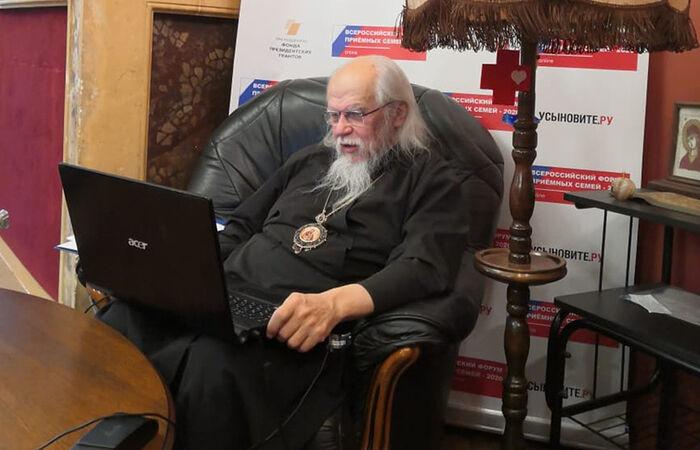 Председатель Синодального отдела по благотворительности епископ Орехово-Зуевский Пантелеимон ведет секцию на Всероссийском форуме приемных семей