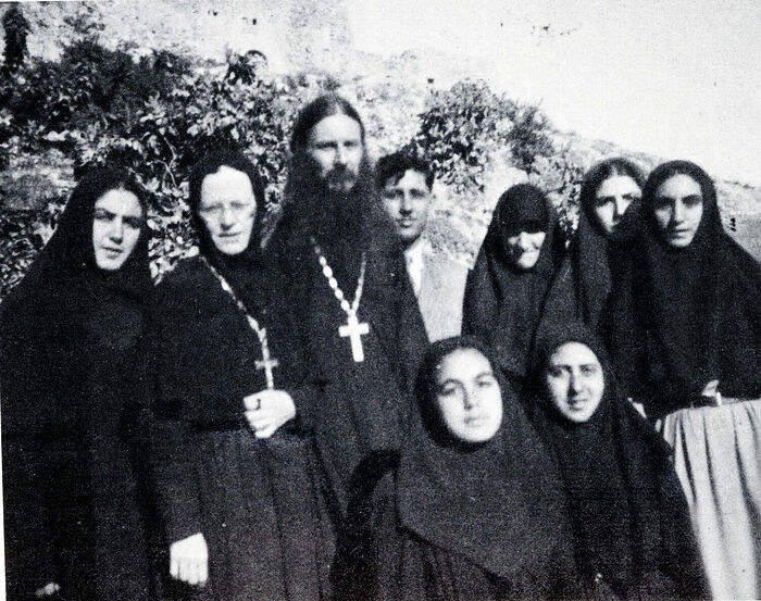 Father Lazarus and Abbess Elisabeth (Ampenov) on the left with sisters of Gorny Convent remainded with ROCOR. Transjordan 1948-49. Photo: rocorstudies.org