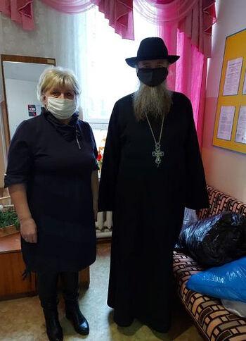 В Тверской области священник подарил дому престарелых постельное белье и пижамы