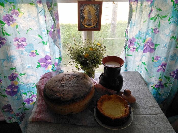 Вся выпечка на столе - творение рук Елены