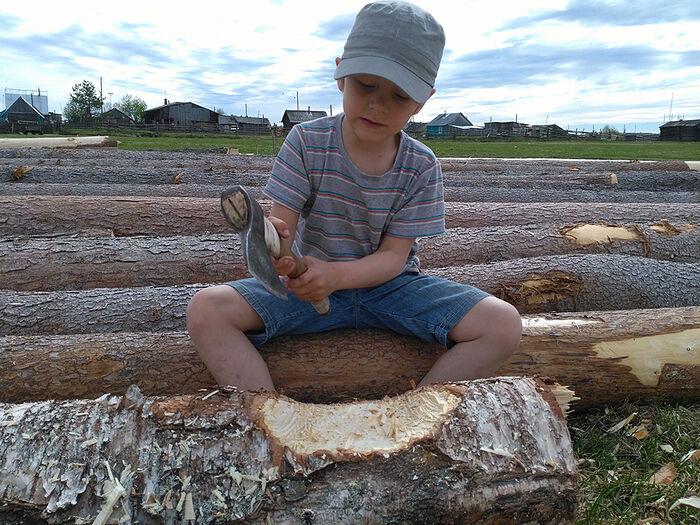 Младший сын Егор тоже участвует в строительство дома в Аранце