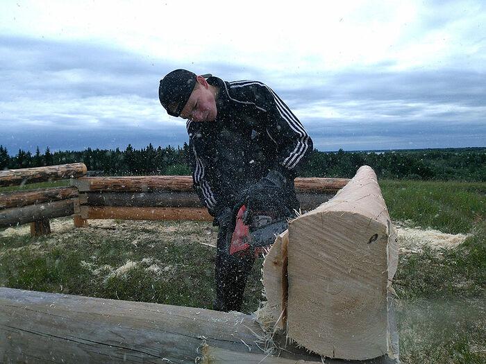 Старший сын Антон готовит сруб будущего дома