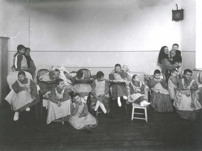 Дети в лазаретном отделении приюта. Фото: Ателье К. Буллы, 1907 г