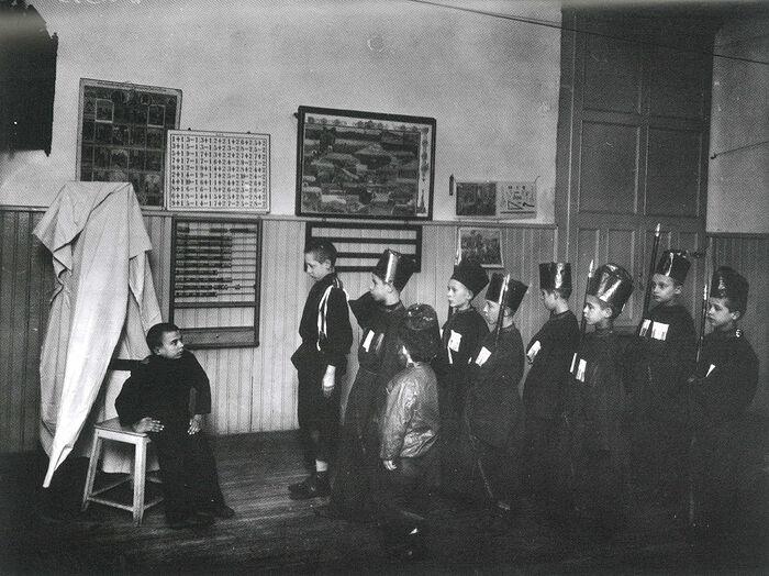 Детский спектакль в приюте. Фото: Ателье К. Буллы, 1907 г