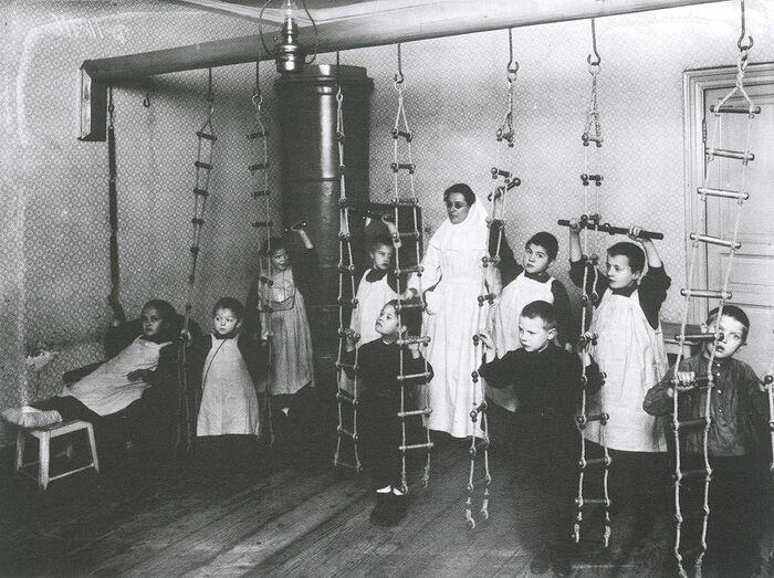 Занятия лечебной физкультурой. Фото: Ателье К. Буллы, 1907 г