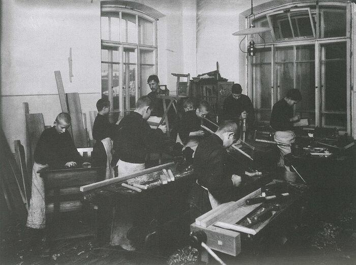 Столярная мастерская. Фото: Ателье К. Буллы, 1907 г