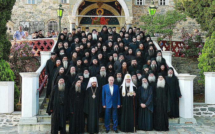 Ο μητροπολίτης Ιλαρίων και ο Πατριάρχης Μόσχας Κύριλλος, αριστερά και δεξιά αντίστοιχα του Ρώσου προέδρου Πούτιν, κατά την επίσκεψή τους στη Μονή Παντελεήμονος στο Αγιον Ορος.