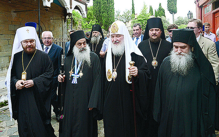 Ο μητροπολίτης Βολοκολάμσκ Ιλαρίων (πρώτος από αριστερά) θεωρείται «άτυπο Νο 2» στην ιεραρχία της Ρωσικής Εκκλησίας, της οποίας ηγείται ο Πατριάρχης Κύριλλος (κέντρο). Από επίσκεψή τους στο Αγιον Ορος.