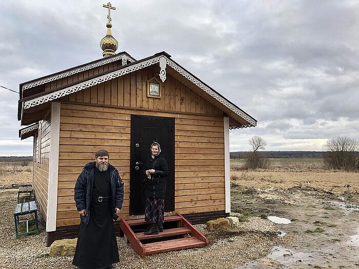 Ο Ντμίτρι και η Νατάλια, δίπλα στον ναό που έχτισαν